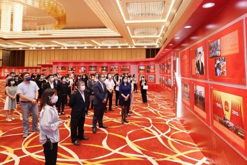 行政長官辦公室、行政會秘書處及政府總部事務局領導及人員參觀展覽