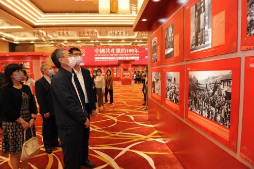 行政法務司司長張永春率領屬下部門人員參觀展覽