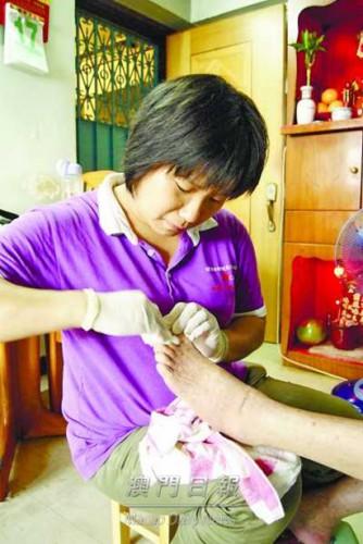 家居護養服務員工協助病弱長者處理個人衛生