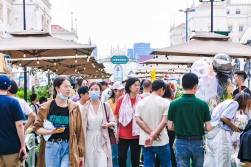 市集現場遊客眾多